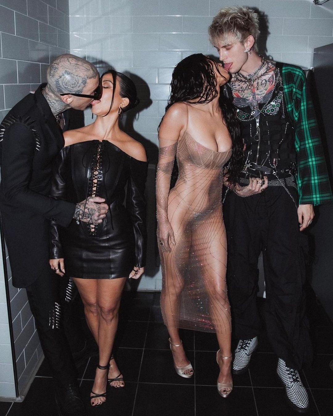Кортни Кардашьян поделилась пикантными фото целующихся около писсуаров Меган Фокс и MGK