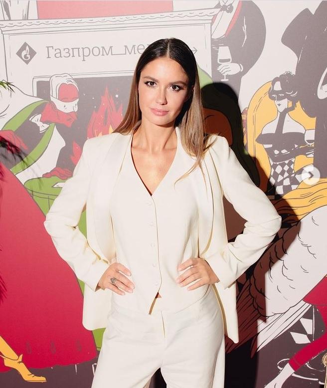 Агата Муцениеце выбрала стильный молочный наряд для похода на премьеру