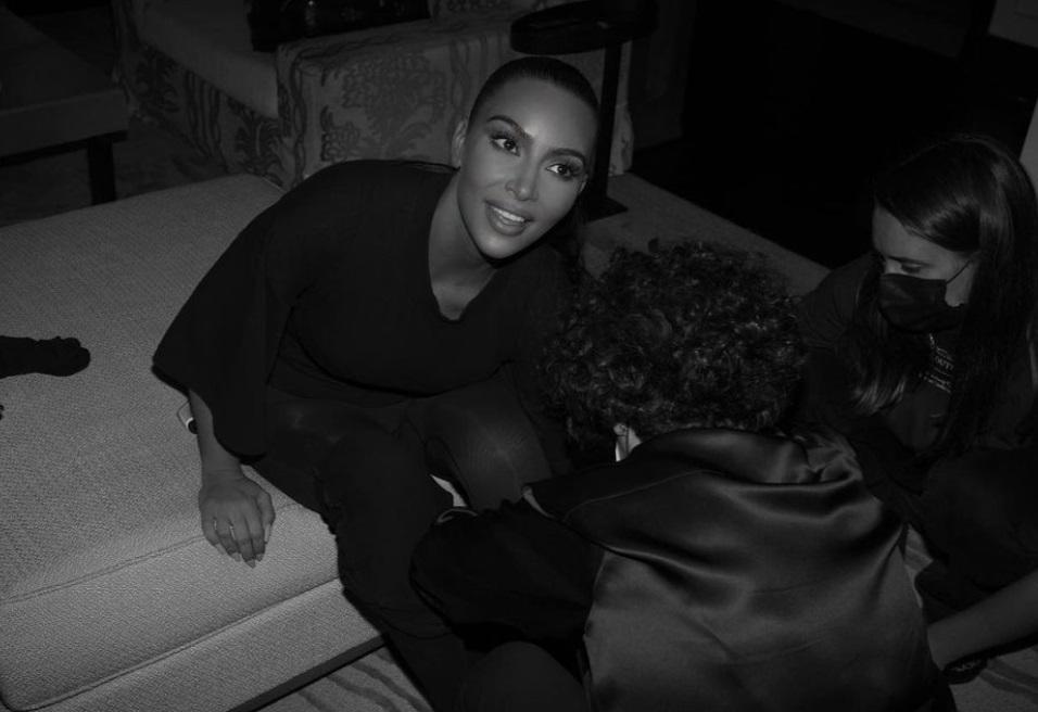 Ким Кардашьян доказала, что под маской на Met Gala была она, а Канье Уэст разместил фото этого выхода у себя в Инстаграм