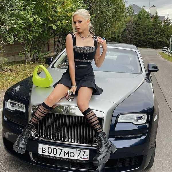 На фоне скандала с Ларисой Долиной и пиар-романа с Егором Кридом, Валя Karna.val купила автомобиль стоимостью более 20 миллионов рублей, но близкая подруга её переплюнула