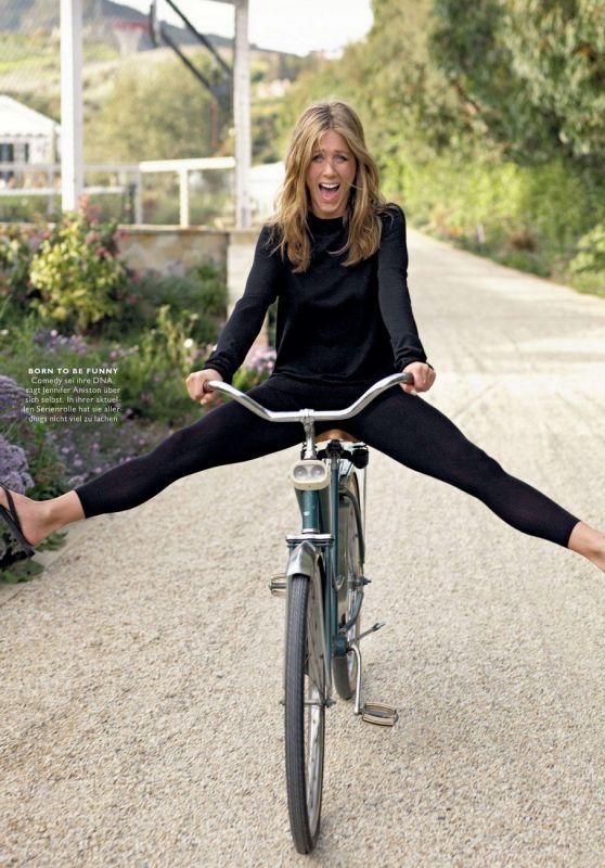 Дженнифер Энистон без педалей прокатилась на велосипеде ради забавных фото для журнала
