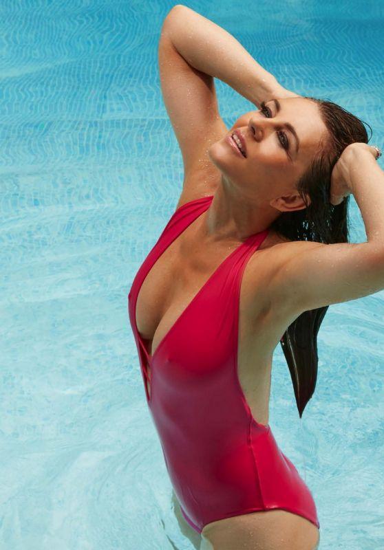 56-летняя Элизабет Хёрли показала, как выглядит её тело в купальнике
