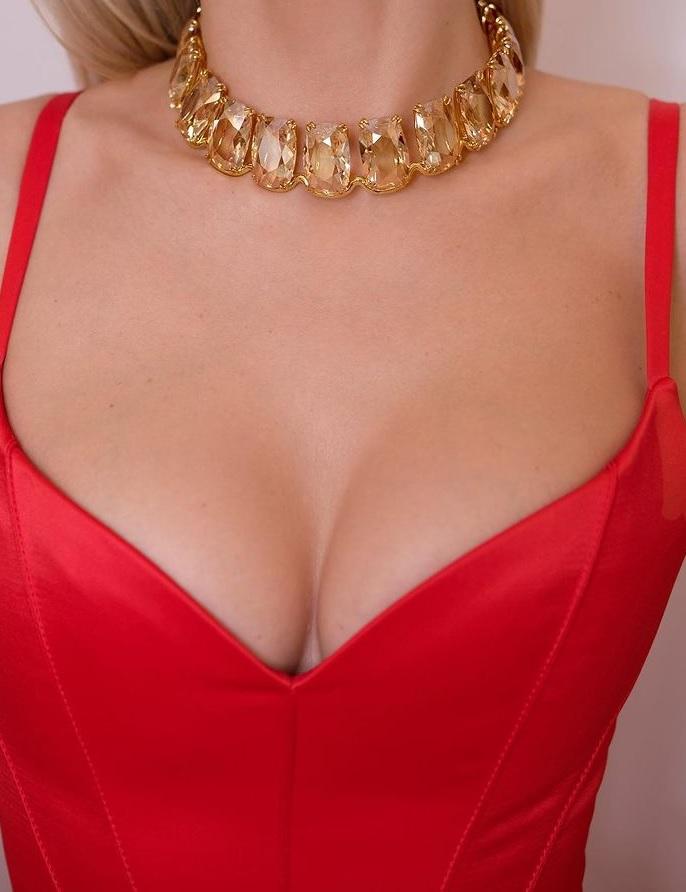 Вера Брежнева разместила в Инстаграм фото своей груди крупным планом