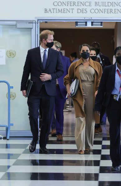 Располневшая Меган Маркл неудачно вышла в свет в наряде «как у Кейт»