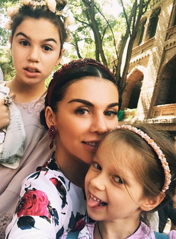 16-летняя дочь Анны Седоковой опубликовала красивые фото в купальнике