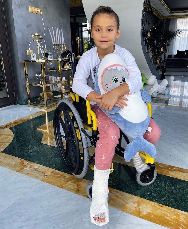 """""""Полночи в больнице"""": дочь Джигана и Оксаны Самойловой оказалась в инвалидном кресле"""