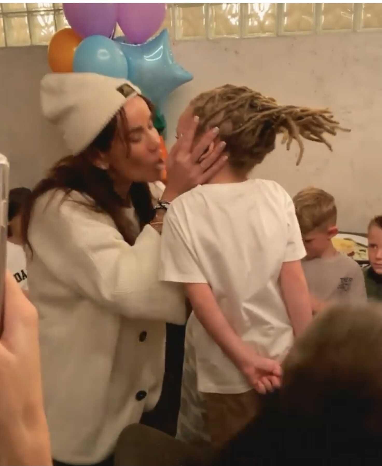«Она его с языком засосала?»: в сети обсуждают видео странного поцелуя Айзы Долматовой с сыном