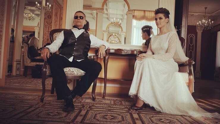 Иван Охлобыстин выдал замуж вторую дочь, пришедшую в ЗАГС с собакой и женихом в чёрном плаще