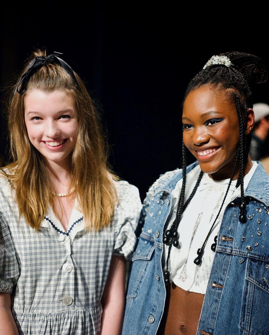Дочка Милы Йовович самостоятельно пришла на модный показ в Париже
