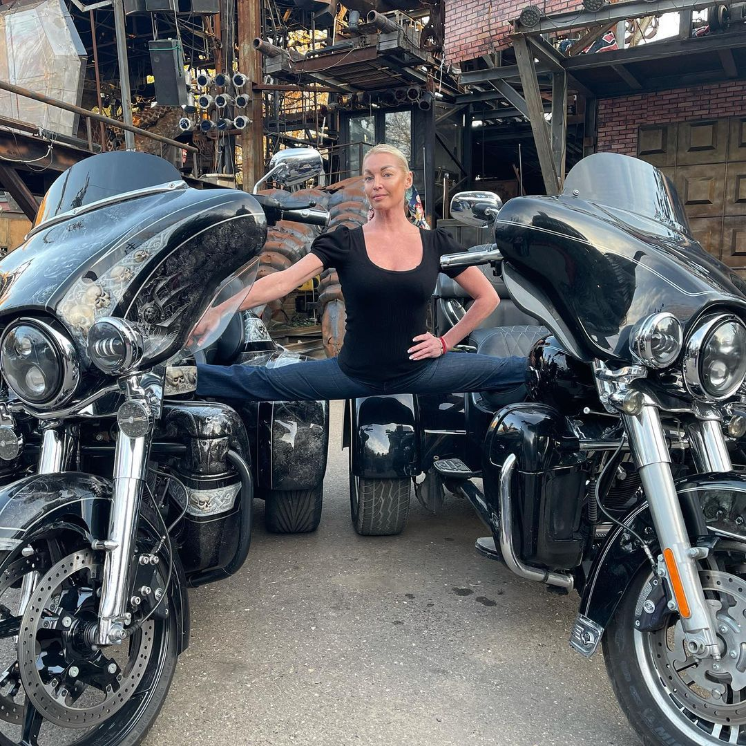 Анастасия Волочкова решила скопировать Жан-Клода Ван Дамма и растянулась в шпагате между двумя мотоциклами