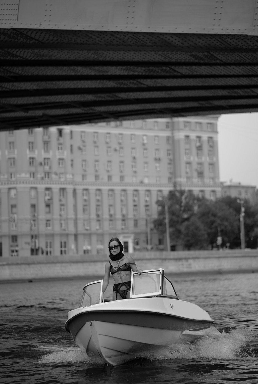 Смелая Дарья Ярец в нижнем белье отправилась в сентябрьский заплыв около сталинки на Котельнической набережной