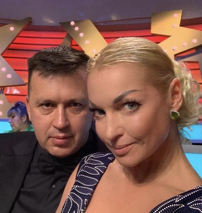 Анастасия Волочкова позволила другому мужчине обнимать себя за талию на глазах у нынешнего бойфренда
