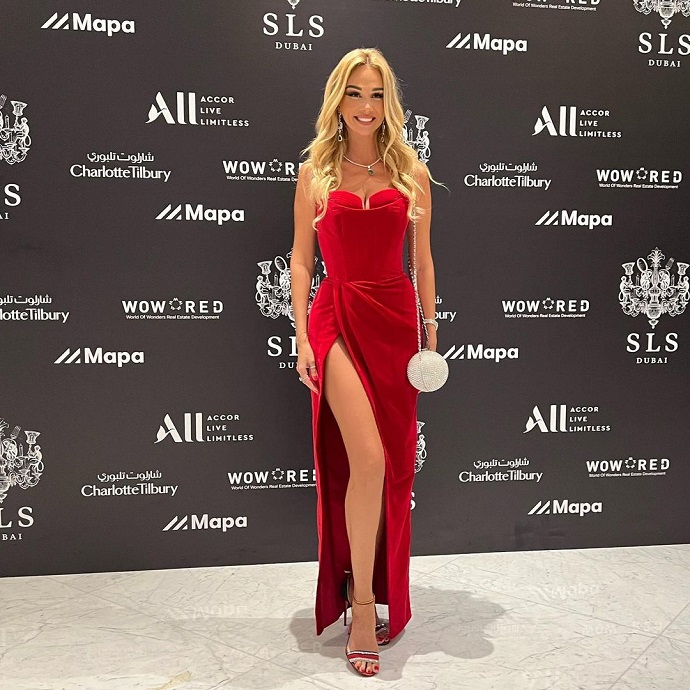 Victoria Lopyreva appeared at a secular party in Dubai in a dress with a breathtaking slit
