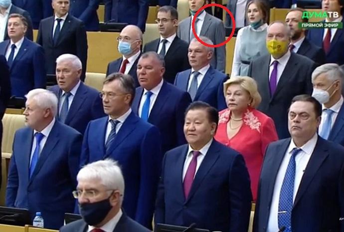 Анатолий Вассерман снял жилетку и потерялся во время исполнения Гимна России в Государственной думе