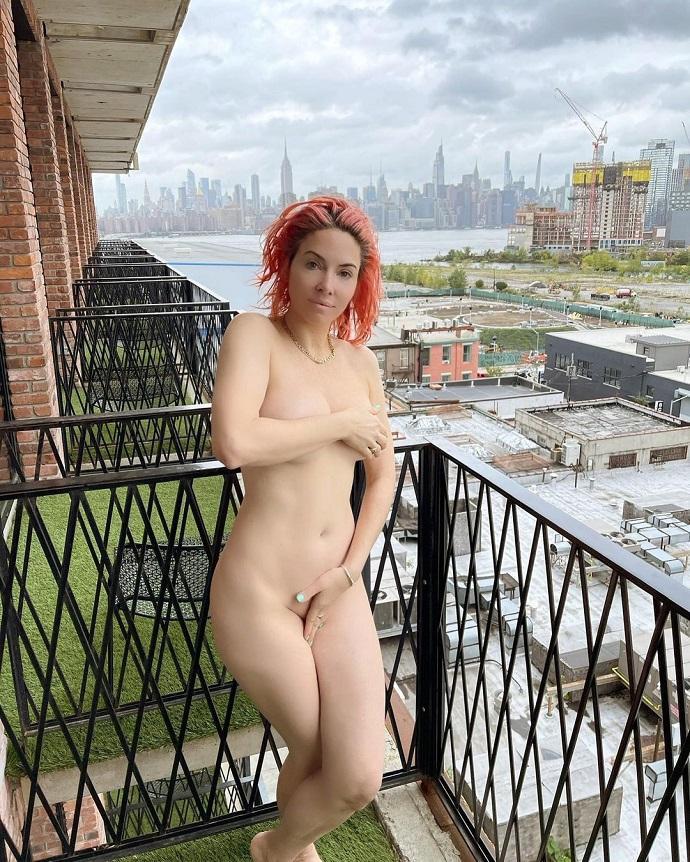 Известная юмористка и создательница сериала «Две девицы на мели» Уитни Каммингс вышла голышом на балкон и попала в объектив фотокамеры