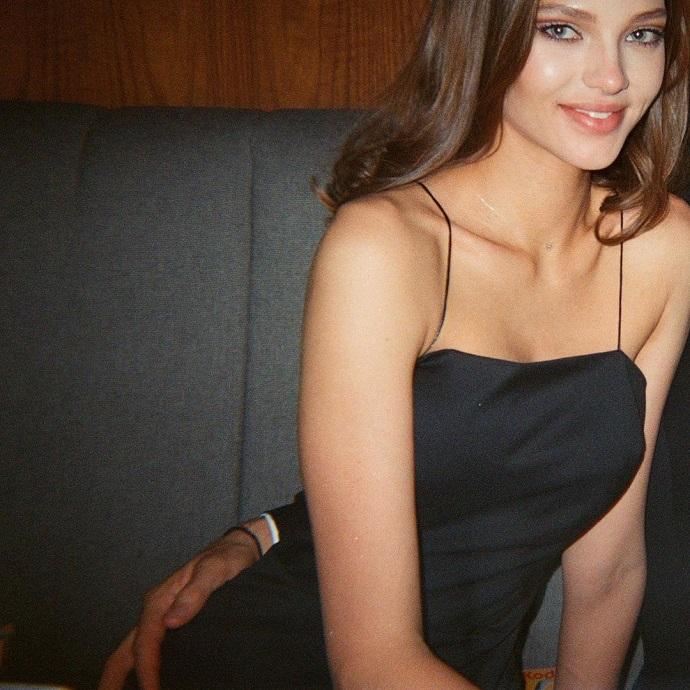 На попе Алеси Кафельниковой оказалась неизвестная мужская рука