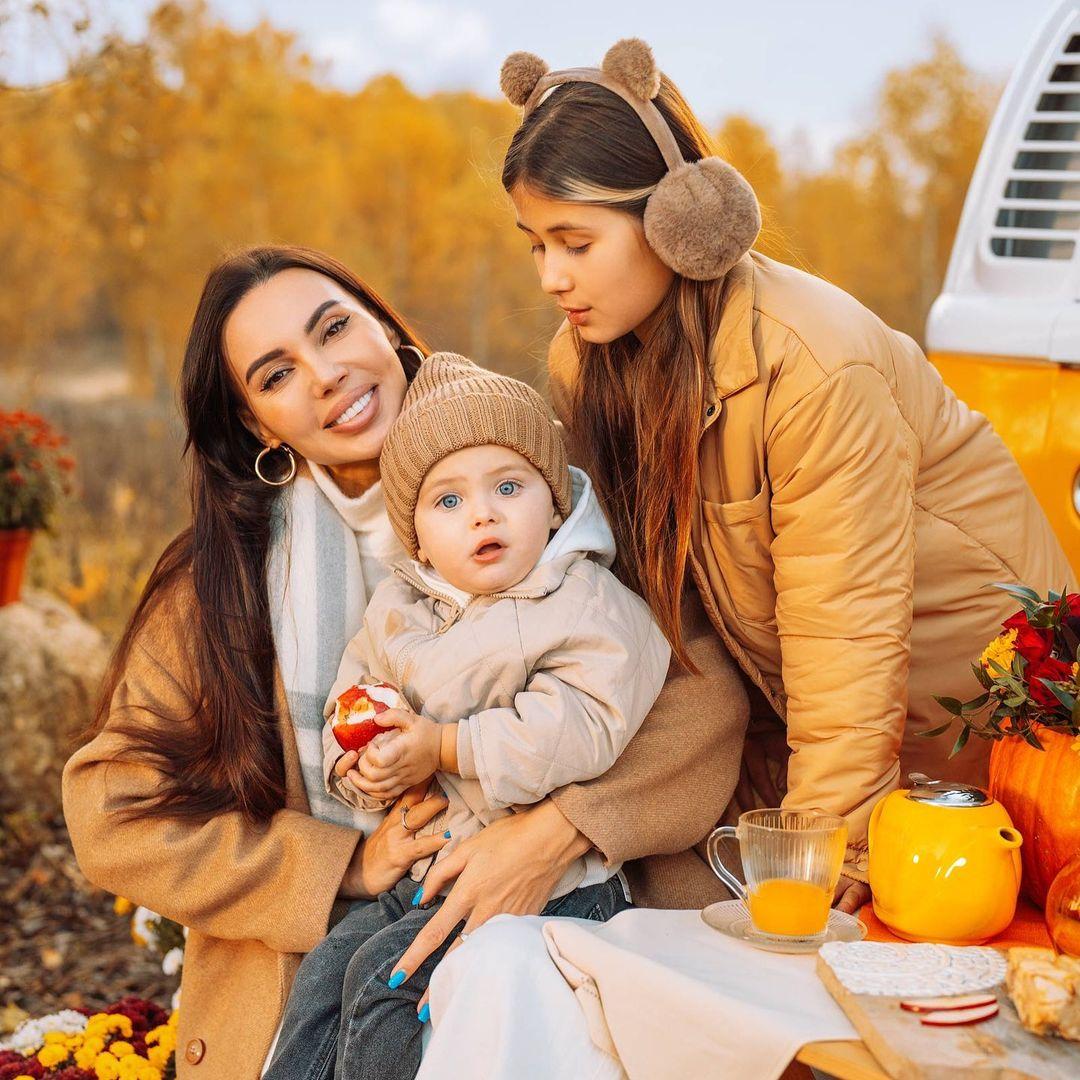 Оксана Самойлова устроила роскошную фотосессию себе и дочкам
