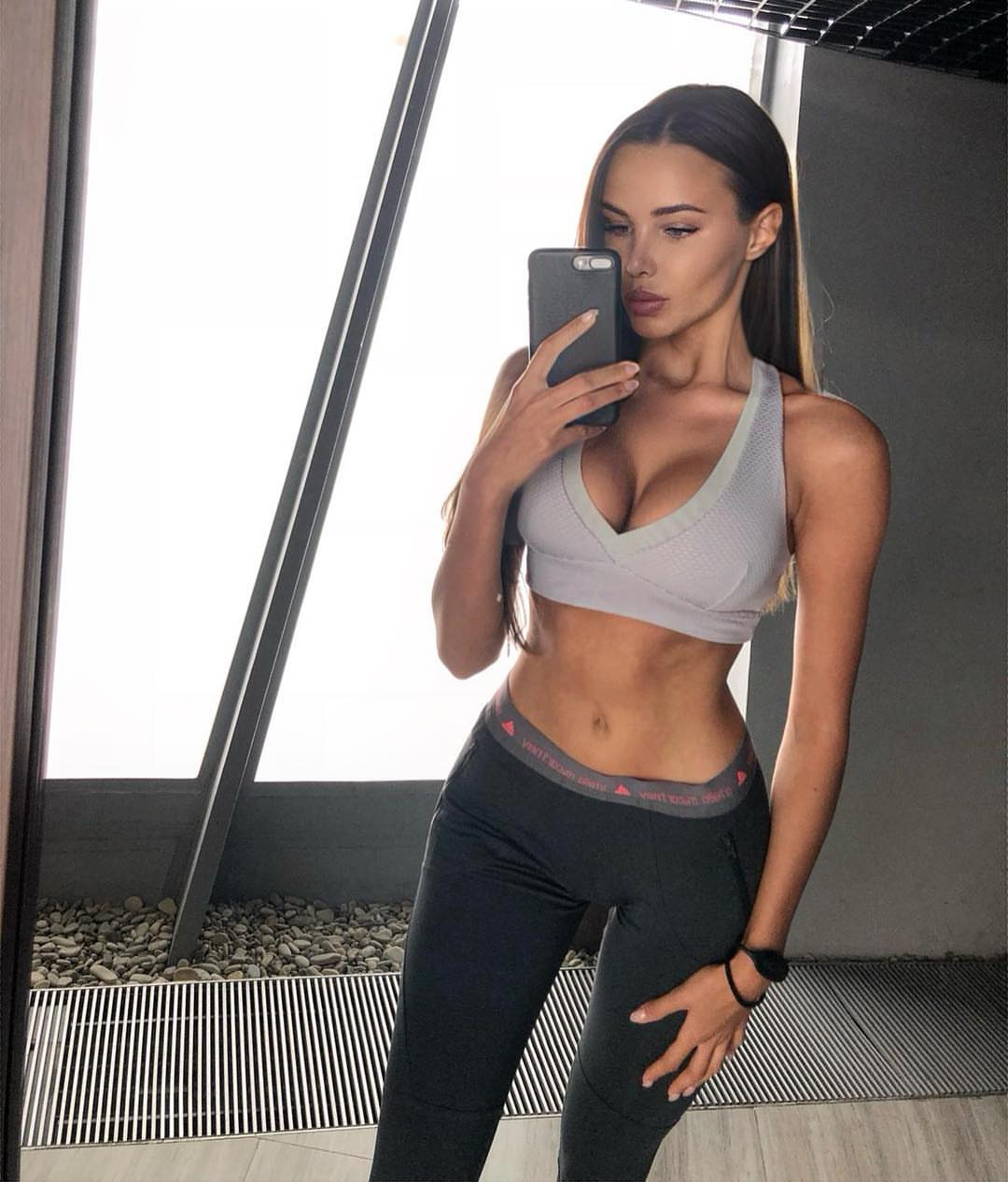 Анастасия Решетова смело рассказала о наборе веса, разместив своё папарацционное фото